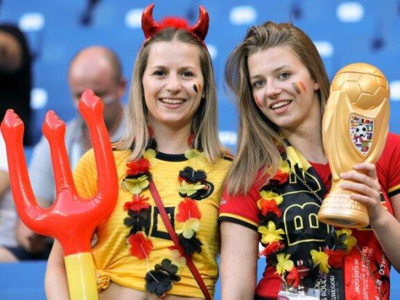 <b>Teuflisch</b><br/>Zwei Fans der belgischen «Roten Teufel» posieren im WM-Outfit vor dem Spiel gegen Japan im Stadion von Rostow am Don. Foto:Bruno Fahy/BELGA<br/>02.07.2018 (dpa)