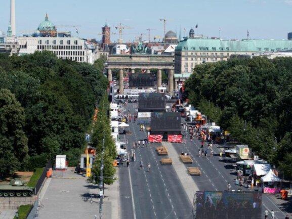 <b>Mäßiger Andrang</b><br/>Nur wenige Fans verfolgen beim Public Viewing vor dem Brandenburger Tor die Übertragung des Achtelfinales zwischen Schweden und der Schweiz. Die Fanmeile soll trotzdem noch bleiben. Foto: Paul Zinken<br/>03.07.2018 (dpa)
