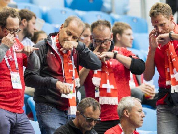 <b>Schnupfer</b><br/>Andere Länder, andere Sitten: Eine Gruppe Schweizer Fans macht sich vor dem Spiel gegen Schweden noch mit einer Prise Schnupftabak den Kopf frei; das ist doch wohl Schnupftabak... Foto: Laurent Gillieron/KEYSTONE<br/>03.07.2018 (dpa)