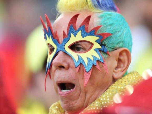 <b>Paradiesvogel</b><br/>Dieser Kolumbianer begibt sich als eine Art Gesamtkunstwerk zum Achtelfinalspiel seines Landes gegen England. Foto:Owen Humphreys/PA Wire<br/>03.07.2018 (dpa)