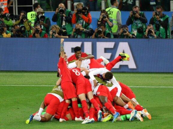 <b>Jubelpyramide</b><br/>Elfmeterfluch gebannt! Beim Jubel über den Sieg im Elfmeterschießen gegen Kolumbien begraben die Engländer ihren Torwart Jordan Pickford unter sich. Foto: Aaron Chown/PA Wire<br/>03.07.2018 (dpa)