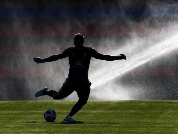 <b>Schattenspieler</b><br/>EinSpieler der schwedischen Nationalmannschaft trainiert für das Viertelfinale gegen England. Foto: Petter Arvidson/Bildbyran via ZUMA Press<br/>04.07.2018 (dpa)