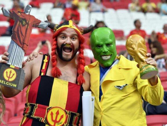<b>Der Gallier und die Maske</b><br/>Ein als Filmfigur verkleideter Fan aus Brasilien (r) posiert mit dem belgischen Gallier vor dem Viertelfinale in Kasan für ein Foto. Foto: Dirk Waem/BELGA<br/>07.07.2018 (dpa)
