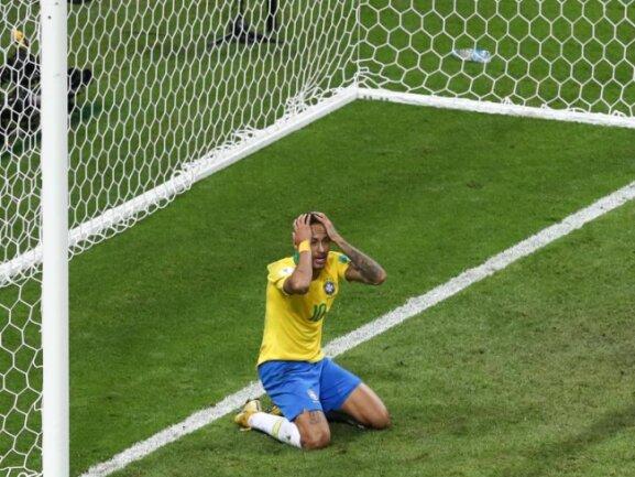 <b>Entsetzen</b><br/>Für Superstar Neymar und die Brasilianer ist die WM nach der 1:2-Niederlage gegen Belgien beendet. Foto: Thanassis Stavrakis/AP<br/>06.07.2018 (dpa)