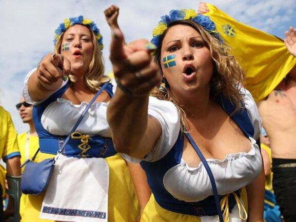 <b>Sverige</b><br/>Schweden hat mehr als Elche und Ikea zu bieten: Nämlich Fußball. Zwei Schwedinnen stimmen sich in Samara auf das Spiel gegen England ein. Foto: Sputnik/VITALIY TIMKIV/NOTIMEX<br/>07.07.2018 (dpa)