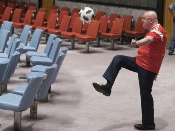 <b>UN-glaublich</b><br/>Der russische Botschafter bei den Vereinten Nationen kickt einen Ball im UN-Hauptquartier. Wassili Nebensja hatte einen Fototermin zu Ehren der Fußball-WM organisiert. Foto: Mary Altaffer/AP<br/>10.07.2018 (dpa)