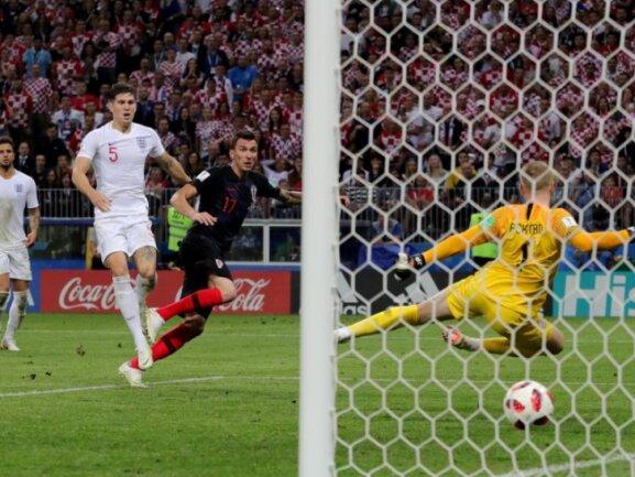<b>Tor zum Glück</b><br/>Mario Mandzukic (M.) schoss Kroatien mit dem Treffer zum 2:1 gegen England ins WM-Finale. Foto: Christian Charisius<br/>11.07.2018 (dpa)