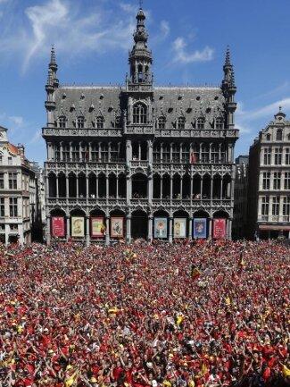 <b>Heimkehr</b><br/>Belgien hat seiner Nationalmannschaft nach dem Sieg im Spiel um Platz drei bei der Fußball-WM einen begeisterten Empfang bereitet. Tausende Fans versammelten sich vor dem Rathaus auf dem Grote Markt. Foto: Pool Yves Herman<br/>15.07.2018 (dpa)