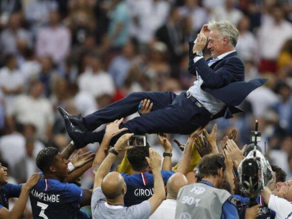 <b>Jubel</b><br/>Trainer Didier Deschamps wird von seinen Spieler auf Händen getragen. Frankreich ist Weltmeister! Foto: Francisco Seco<br/>15.07.2018 (dpa)