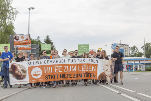 """<p xmlns:php=""""http://php.net/xsl"""">Der Schweigemarsch fand zum neunten Mal in der Kreisstadt statt. Veranstalter war der Verein Lebensrecht Sachsen, der zugleich zu einer Aktion auf dem Markt aufgerufen hatte.</p>"""