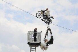 """<p xmlns:php=""""http://php.net/xsl"""">Falko Traber aus der berühmten Artistenfamilie fuhr Nicole Backhaus und Jens Knorr aus Löbnitz (Nordsachsen) auf dem zwischen Wehrturm und Stadtmauer gespannten Seil zunächst in luftige 45 Meter Höhe.</p>"""