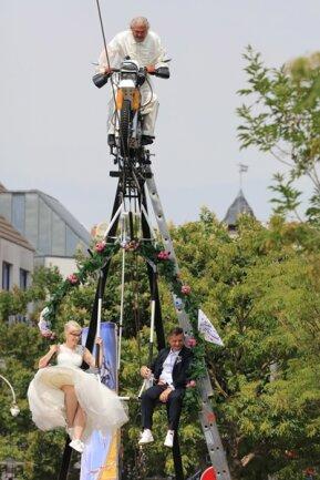 <p>Danach nahm ein Pfarrer in 14 Metern Höhe der Blondine im cremefarbenen Brautkleid mit viel Tüll und dem dunkelhaarigen Bräutigam das Eheversprechen ab.</p>