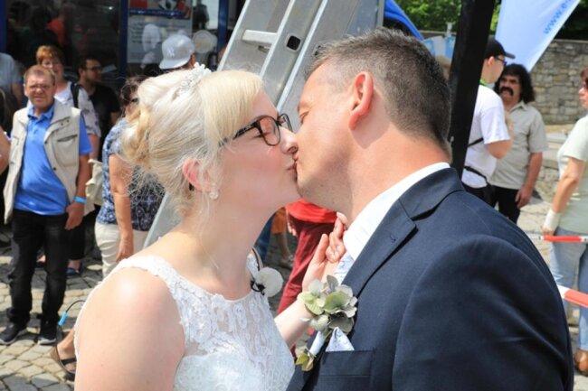 """<p xmlns:php=""""http://php.net/xsl"""">Nicole und Jens lernten sich in der Region kennen, wie eine Sprecherin der Stadt sagte. Die Stadt hatte über Radiosender bundesweit nach wagemutigen Liebespaaren gesucht für die Trauung mit Nervenkitzel. So etwas gab es erst einmal: Falko Trabers eigene Hochzeit. Nun sorgte der 58-Jährige bei Nicole und Jens für die richtige Balance beim Start ins Ehe-Glück.</p>"""