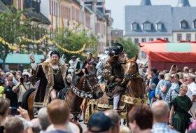 <p>Tausende Zuschauer standen rund um den Rochlitzer Marktplatz .</p>  <p></p>