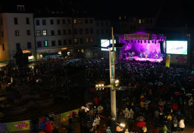 <p>Mit seinen Gute-Laune-Sommerhits hat der deutsch-spanische Sänger Álvaro Soler am Samstagabend dem Dauerregen auf dem Freiberger Bergstadtfest getrotzt.</p>