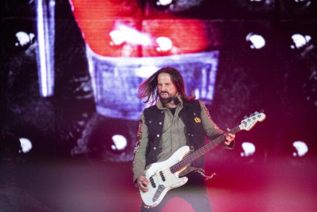 <p>Bassist Stephan Weidner mit seinem künstlich gealtertem Sandberg-Bass.</p>