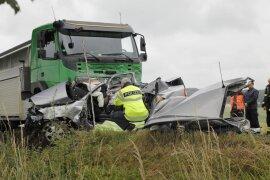 <p>Gegen 9.45 Uhr prallte ein Opel bei Oberschöna auf einen Lastwagen. Für die Pkw-Fahrerin kam jede Hilfe zu spät.</p>