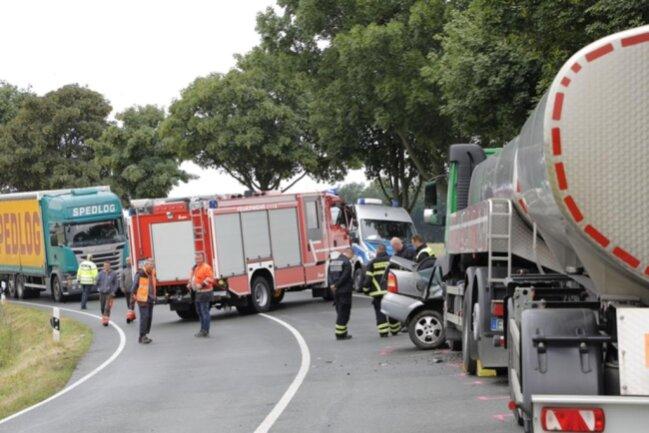 <p>Die Fahrerin des Opel starb noch an der Unfallstelle. Der Trucker wurde laut Polizei leicht verletzt. Die Bundesstraße blieb seit 10 Uhr gesperrt.</p>