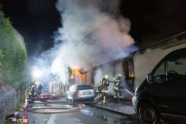 <p>Die Flammen griffen auf das Wohnhaus der Familie über.</p>