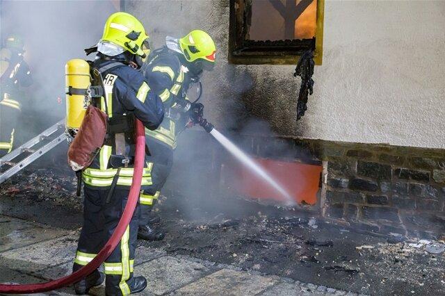 <p>Die Eltern bemerkten den Rauch und flüchteten mit ihrem zwei Jahre alten Kind über das Dach des Gebäudes nach draußen.</p>