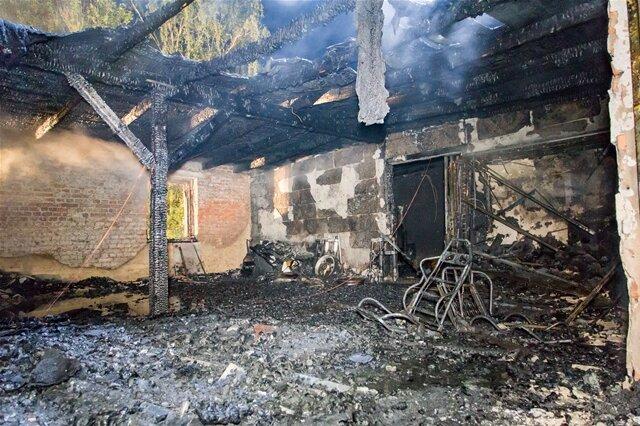 <p>Rund 80&nbsp;Einsatzkräfte waren vor Ort. Doch die Werkstatt sowie mehrere Räume des Wohnhauses brannten komplett aus.</p>