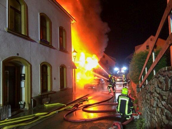 <p>Das Feuer brach aus noch ungeklärter Ursache&nbsp;in einer benachbarten Werkstatt aus.</p>