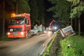 <p>Nach ersten Erkenntnissen der Polizei mussten zwei entgegenkommende Fahrzeuge voreinander ausweichen, da eines von ihnen wahrscheinlich nicht genug am rechten Fahrbahnrand fuhr.</p>