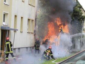 <p>Die Flammen griffen im Nu auf ein benachbartes Haus über.</p>