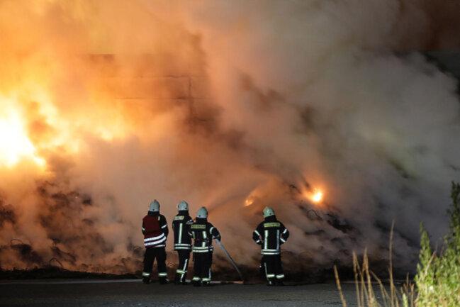 <p>Noch unbestätigten Informationen zufolge brannten ein Futterlager und Altreifen zur Silage-Abdeckung lichterloh.</p>