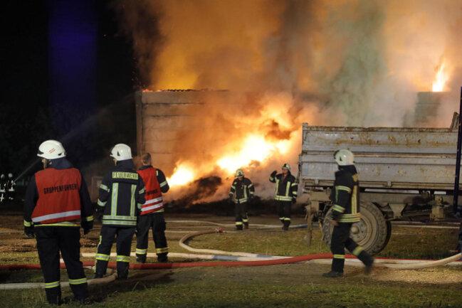 <p>Mehrere Feuerwehren aus den umliegenden Gemeinden waren vor Ort, um den Brand zu löschen.Die Löscharbeiten dauern momentan noch an.</p>