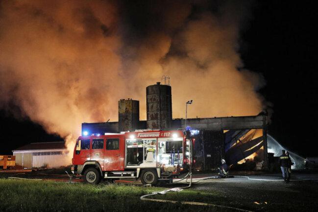<p>Da auch Maschinen und Geräte durch das Feuer zerstört worden sein sollen, werde ein Sachschaden von mindestens einer halben Million Euro vermutet. Die Polizei hat die Ermittlungen aufgenommen.</p>