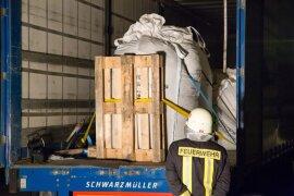 <p>Wie Einsatzleiter Lars Seitenglanz berichtet, traten geringe Mengen der Flüssigkeit aus der Ladefläche eines Sattelzuges aus.</p>