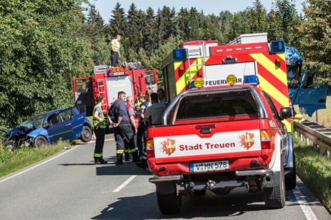 <p>Nach ersten Informationen kollidierte ein Lkw zwischen Treuen und Pfaffengrün mit einem Auto.</p>
