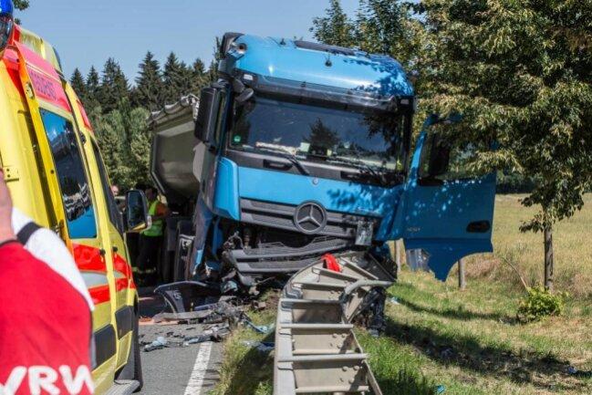 <p>Die S 298 wurde voll gesperrt. Die Unfallursache und Schadenshöhe sind noch nicht bekannt.</p>
