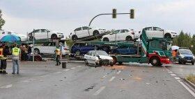 <p>Auf der Ampelkreuzung B 175/Am Schafteich waren zwei Pkw beim Abbiegen zusammengestoßen, die beiden Fahrer wurden dabei leicht verletzt, informierte ein Polizeisprecher.</p>