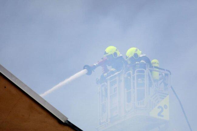 """<p>Alarmiert worden war die Feuerwehr kurz vor 15.30 Uhr von Passanten, die die aus dem Dachstuhl schlagenden Flammen bemerkt hatten. """"Weil die Gefahr bestand, dass der Dachstuhl durchbricht, habe ich zusätzlich zu den zwei bereits angerückten noch zwei weitere freiwillige Feuerwehren angefordert"""", erklärte Auerswald. Aber alles ging gut.</p>"""