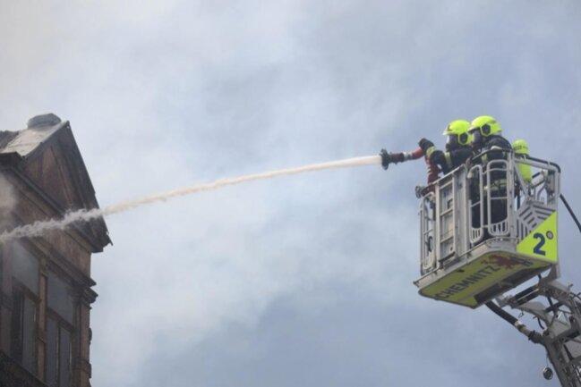 <p>Die Feuerwehrleute konnten mit drei Strahlrohren gleichzeitig – ein Löschangriff erfolgte durchs Treppenhaus, zwei weitere über Drehleitern – gegen die Flammen vorgehen und hatten sie etwa 30 Minuten nach ihrem Eintreffen unter Kontrolle.</p>