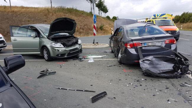 <p>Drei Fahrzeuge waren daran beteiligt. Unfallursache ist offenbar ein Vorfahrtsfehler gewesen.</p>