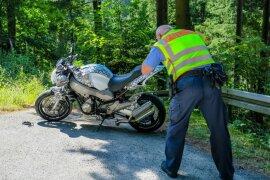 <p>Der Motorradfahrer war gegen 11.45 Uhr mit seiner Maschine in einer Rechtskurve auf Rollsplitt ins Rutschen gekommen.</p>