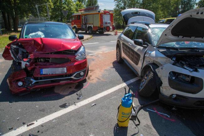 <p>Zwei weitere Personen im Citroen und die beiden Fahrer wurden leicht verletzt. Die B 173 musste für etwa 2,5 Stunden halbseitig gesperrt werden. Der Verkehr wurde an der Unfallstelle vorbeigeleitet.</p>