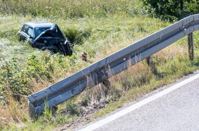 <p>Beide Fahrer und der 18-jährige Beifahrer im Skoda erlitten schwere Verletzungen, ein weiterer 21-jähriger Insasse des Skodas wurde leicht verletzt. Ein Rettungshubschrauber kam zum Einsatz, ebenso die Feuerwehr Penig. Die S 51 war bis gegen 20 Uhr gesperrt. Schaden: 32.000 Euro.</p>