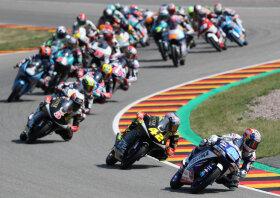 <p>Jorge Martin (88) aus Spanien führte in der Moto3 nach dem Start auf seiner Honda das Feld an; gefolgt von seinen Landsmännern Marcos Ramirez (42) und Jaume Masia (5) auf KTM.</p>