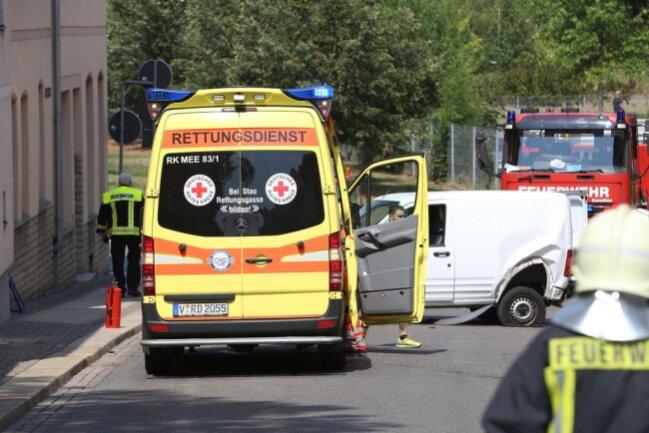 <p>Die August-Bebel-Straße ist derzeit voll gesperrt. Feuerwehr und Polizei sind vor Ort. Wie es zu dem Unfall kam, ist noch unklar.</p>