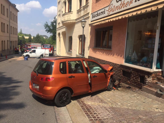 <p>Durch den Aufprall wurde ihr Fahrzeug gegen die Eingangstür der Bäckerei Günther geschleudert.</p>