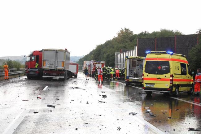 <p>Bei einem schweren Verkehrsunfall auf der Autobahn 4 bei Siebenlehn sind am Freitagmorgen drei Menschen schwer verletzt worden. Gegen 8.15 Uhr waren kurz nach der Anschlussstelle in Richtung Dresden bei Regen zwei Laster und zwei Pkw kollidiert.</p>  <p></p>