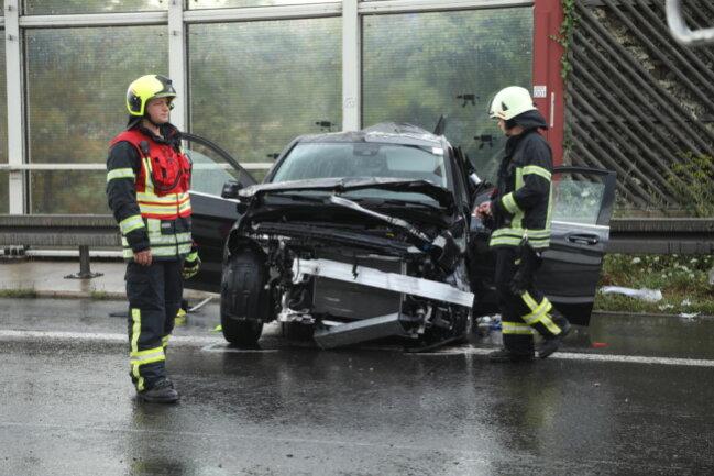 <p>Zum Unfallpunkt hatte es auf dem Abschnitt geregnet. Ob die Nässe Unfallursache war, muss untersucht werden.</p>  <p></p>