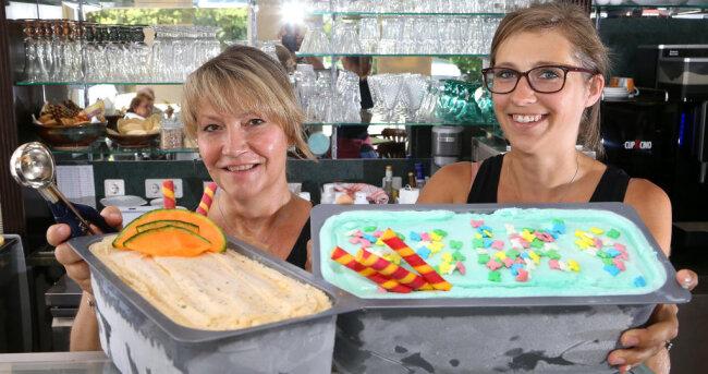 """<p>Im Waldenburger Café """"Klatsch"""" präsentieren Stephanie Ebert (rechts) und Annett Bauch Eis mit Zuckerwatte sowie Melonen-Gurken-Dill-Eis.</p>"""