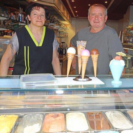"""<p>Andrea Keller und Karl-H. Schneider von der Werdauer Eisdiele """"Capri""""bieten in diesem Jahr Kreationen mit Limette-Blutorange oder Quark-Holunder an.</p>"""