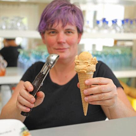 <p>Sandra Schubert vom Fraureuther Eiscafé hat in diesem Jahr&nbsp;beispielsweise salziges Karamell und griechischen Joghurt mit Honig und Mandeln im Angebot. Aber auch das Softeis aus DDR-Zeiten ist noch im Sortiment.</p>  <p>&nbsp;</p>