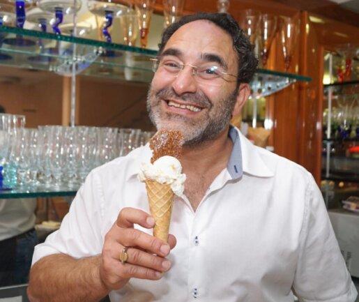 """<p>Flavio Pedilarco, Chef des """"Gran Gelato""""in der Zwickauer Peter-Breuer-Straße, gehört zur Sorte der Experimentierfreudigen. Um seinem Ziegenmilcheis mit Birne-Mandel-Krokant den richtigen Geschmack zu verleihen, hat er gut ein viertel Jahr an der Rezeptur gearbeitet.</p>"""